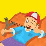 De ruwe jongen probeert om iets met zijn slinger te raken royalty-vrije stock foto