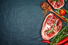 De ruwe kalfsvleessteel snijdt vlees en ingrediënten voor het koken van Osso Buco Stock Afbeelding