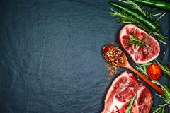 De ruwe kalfsvleessteel snijdt vlees en ingrediënten voor het koken van Osso Buco Stock Fotografie