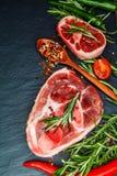 De ruwe kalfsvleessteel snijdt vlees en ingrediënten voor het koken van Osso Buco Stock Foto's