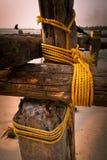 De ruwe kokosnotenkabel houdt de houten blokken royalty-vrije stock afbeelding