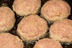 De ruwe koteletten zijn gekookt in een pan stock foto's