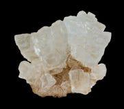 De ruwe kristallen van het rotszout op de zwarte achtergrond Royalty-vrije Stock Fotografie