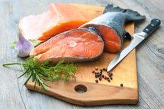De ruwe lapjes vlees van zalmvissen stock afbeeldingen