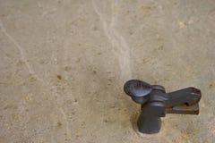 De ruwe natuursteen naadloze weefseloppervlakte met vlekken, de deuken en een metaal sluiten Grijze grungy geweven achtergrond royalty-vrije stock afbeelding