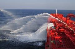 De ruwe oliecarrier van de tanker schip tijdens ex brandoefening Stock Fotografie