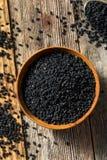 De ruwe Organische Zwarte Zaden van de Venkelbloem stock afbeeldingen
