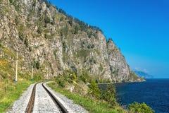 De ruwe rotsen op de Spoorweg circum-Baikal Royalty-vrije Stock Foto's