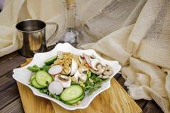 De ruwe salade stemde selectieve nadruk Stock Afbeelding