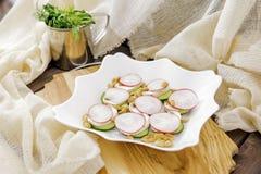 De ruwe salade stemde selectieve nadruk Stock Foto's
