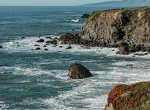 De ruwe Sonoma-kustlijn van de Provincie royalty-vrije stock foto's