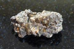 de ruwe steen van het ijzerpyriet op donkere achtergrond Stock Foto