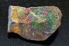 de ruwe steen van het regenboogpyriet op dark Stock Foto