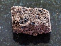 de ruwe steen van het Turfgras op donkere achtergrond Royalty-vrije Stock Foto's