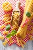 De ruwe tagliatelle van de deegwaren farfalle spaghetti penne Italiaanse keuken Stock Afbeeldingen