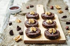 De ruwe veganistchocolade dateert hazelnootkoekjes met chocoladefrosti stock afbeelding