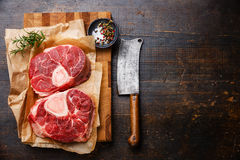 De ruwe verse dwarssteel van het besnoeiingskalfsvlees voor het maken van Osso Buco Stock Foto