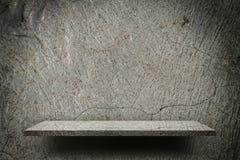 De ruwe vertoning van de barst grijze lege plank Stock Afbeelding