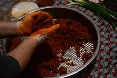 De ruwe vleesballetjes worden gemaakt met bulgur gehakt en kruidig kruiden stock fotografie