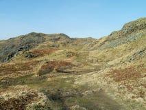 De ruwe weg die oostelijke kant van Loughrigg leiden viel Stock Afbeeldingen