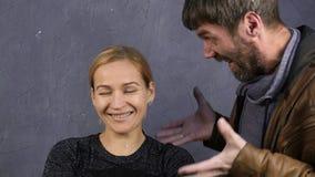 De ruzie van de familie Binnenlands geweld De echtgenoot schreeuwt bij zijn vrouw het kalme meisje bekijkt de camera Langzame Mot stock videobeelden