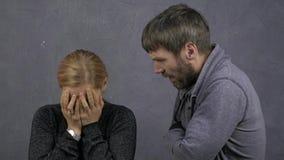 De ruzie van de familie Binnenlands geweld de kwade mensen schreeuwen De echtgenoot schreeuwt bij zijn vrouw Het meisje schreeuwt stock videobeelden