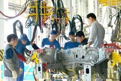 De ryska arbetarna diskuterar installation av de nya utrustningwina Royaltyfri Bild
