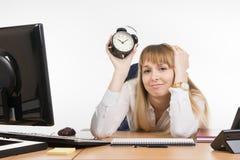 De saaie bureauwerknemer weet wat tijd in het verschiet ligt Royalty-vrije Stock Fotografie