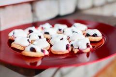 Franse koekjessabelmarter met schuimgebakje & bessen Royalty-vrije Stock Afbeelding