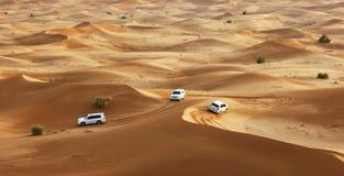 De safari van de jeep in de zandduinen royalty-vrije stock afbeeldingen