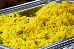 De saffraan kruidde gele rijst en erwten met kerrie Stock Foto's