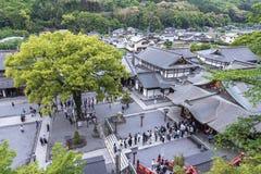 De saga, Japan - Mei 1, 2019 - Toerist bij het Heiligdom van Yutoku Inari is het derde - grootst van Japanse architectuurtempel g royalty-vrije stock foto's