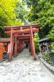 De saga, Japan - Mei 1, 2019 - Torii (Japanse rode houten poort) van het Heiligdom van Yutoku Inari is het derde - grootst van Ja royalty-vrije stock afbeelding