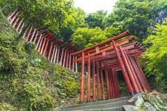 De saga, Japan - Mei 1, 2019 - Torii (Japanse rode houten poort) van het Heiligdom van Yutoku Inari is het derde - grootst van Ja stock foto