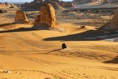 De Sahara, de weg in de woestijn Royalty-vrije Stock Afbeeldingen