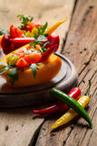 Salade gemaakte ââfrom verse groenten en gediend in groene paprika Stock Foto's