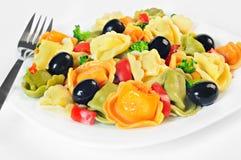 De salade maakte met tortellini, olijven, broccoli, Spaanse peper, op een plaat Royalty-vrije Stock Afbeeldingen