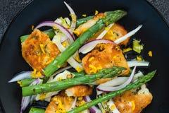 De salade met gebraden halloumi, asperge en oranje schil Hoogste mening, sluit omhoog Stock Afbeelding