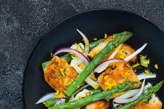 De salade met gebraden halloumi, asperge en oranje schil Hoogste mening, sluit omhoog Stock Fotografie