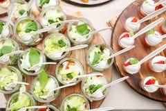 De salade met groene tomaten, doorbladeren en feta-de kaas in metselaarkruiken Stock Afbeeldingen