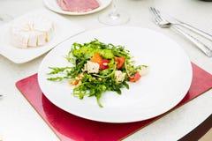 De salade met rucola en pijnboomnoten Royalty-vrije Stock Foto's