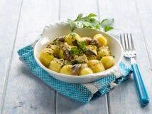 De salade van aardappels met ansjovissen Stock Foto's