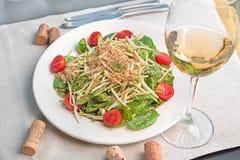 De salade van de babyspinazie met quinoa in een witte plaat wordt gediend die stock afbeeldingen
