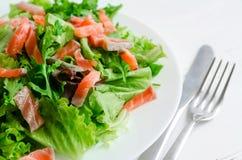 De salade van de bladgroente met gerookte zalm Stock Foto