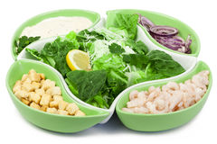 De salade van Caesar met garnalen op een witte achtergrond Royalty-vrije Stock Afbeelding