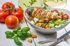 De Salade van Caesar met kip en verse ingrediënten Stock Foto's