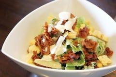 De salade van Caesar in witte kom Stock Foto's
