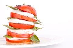 De salade van Caprese met mozarella, tomaat en basilicum Royalty-vrije Stock Afbeelding