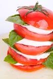 De salade van Caprese met mozarella, tomaat en basilicum Royalty-vrije Stock Afbeeldingen