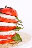 De salade van Caprese met mozarella, tomaat en basilicum Stock Afbeelding